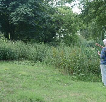 Béatrice et Mahery devant le jardin d'assainissement.