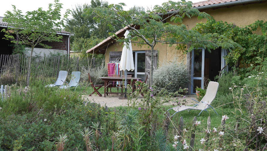 La terraza del albergue Les Eco-logis d'Ensarnaut