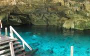 Cenote aux eaux turquoises au Mexique
