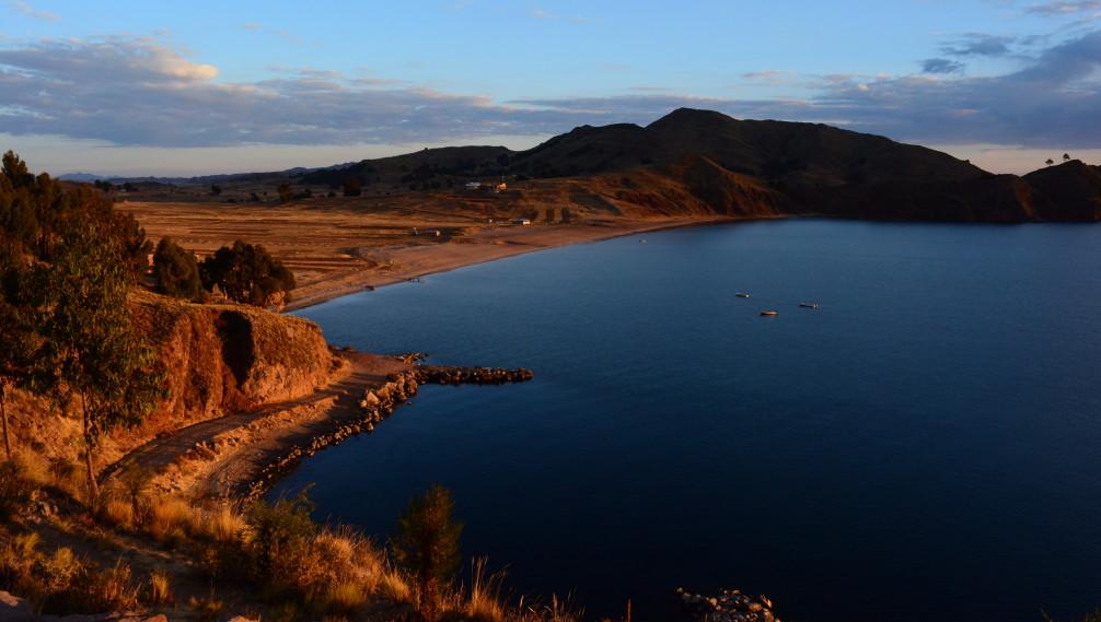 Lac Titicaca au lever du soleil