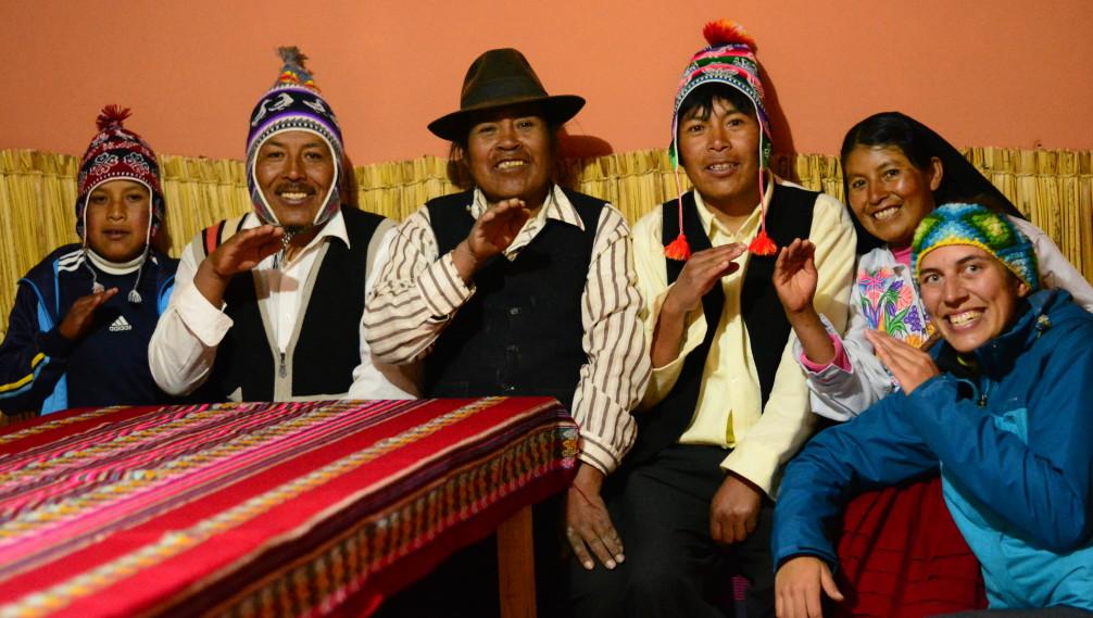 Florie avec ses hotes sur l'ile d'Amantani, Lac Titicaca