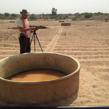 Mahery en reportage devant une vasque d'irrigation
